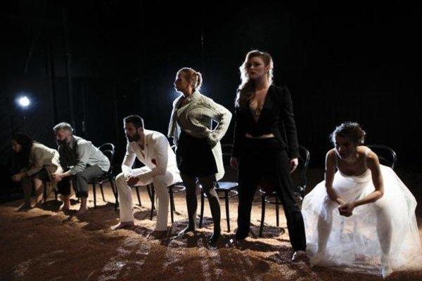 Jedna zo scén ukazuje svadbu ako obchodný akt.