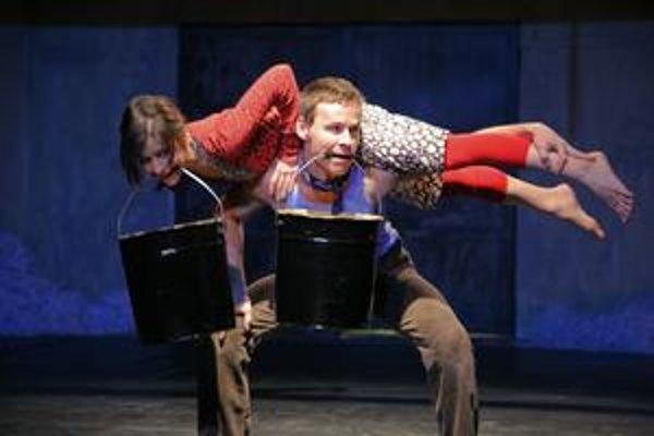Záber z predstavenia Pocta kravám alternatívneho divadla Elledanse, ktoré je tiež súčasťou festivalového programu.