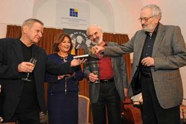 Milan Lasica vyprevádza šampanským do života knihu, ktorú pre neho zostavil Svetozár Okrucký (vľavo), krstnými rodičmi boli Emília Vášáryová a Zdeněk Svěrák.