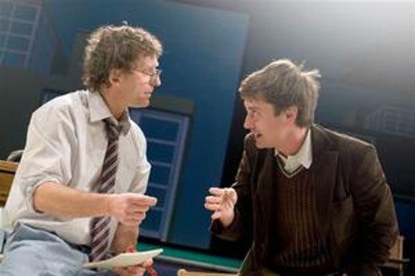 David Prachař ako lekár (vľavo) a Saša Rašilov ako novinár v Ibsenovom Nepriateľovi ľudu.