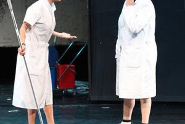 V hre sa predstavia aj Zuzana Kronerová (vpravo) a Slávka Halčáková.