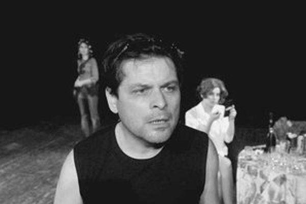 Laco Kerata sa narodil (1961), vyštudoval divadelnú réžiu na VŠMU v Bratislave. Od roku 1991 do roku 2002 bol hercom a spoluautorom projektov divadla Stoka, neskôr si založil vlastné divadelné združenie MED. Je autorom knihy poézie Prišiel som, videl som,