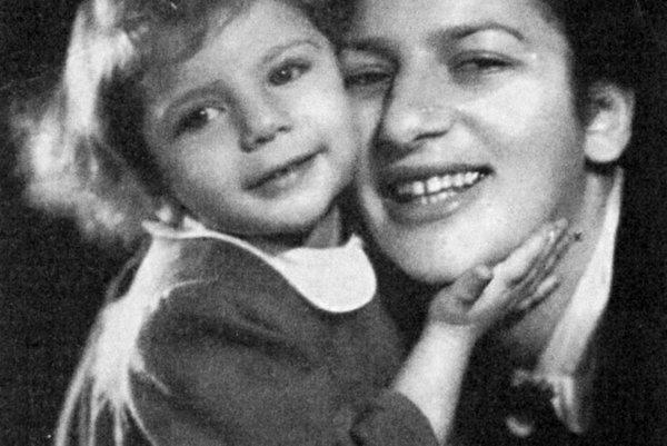 Malá Hana so svojou matkou Priskou.