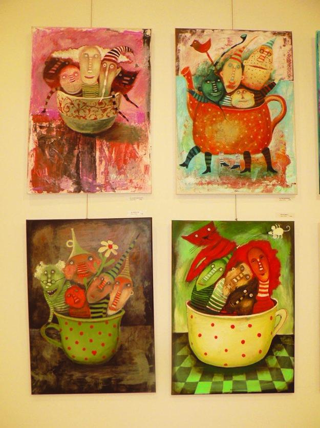 Výstava Veselá spoločnosť: Sonine typické šálky a veselé postavičky.