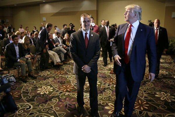 Corey Lewandowski (v strede) s Donaldom Trumpom.