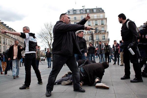 Policajné zatýkanie počas demonštrácie.