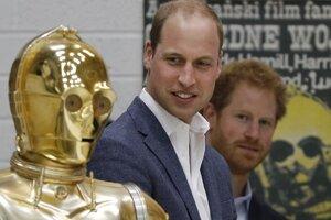 Vnuci kráľovnej Alžbety II. a droid C3PO, postava z Hviezdnych vojen.