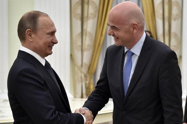 Gianni Infantino (vpravo) si podáva ruku s Vladimirom Putinom.