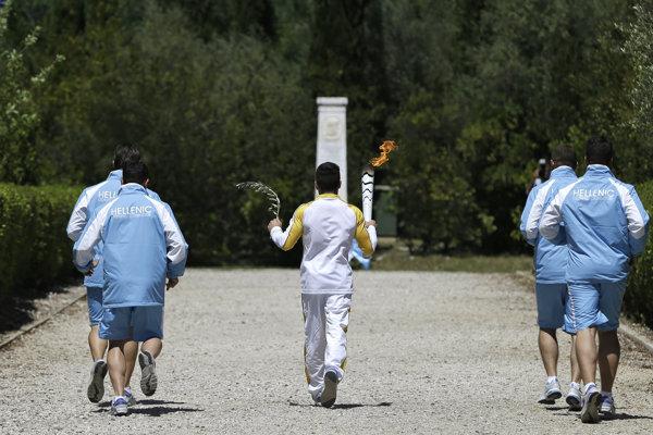 Olympijský oheň je už na svojej púti do Ria de Janeiro.