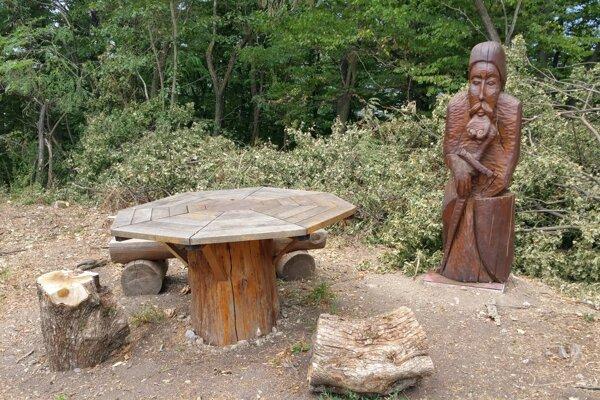 Vrch Maginhrad síce nepatrí medzi najznámejšie slovenské kopce. Bol však inšpiráciou pre štúrovského básnika Jána Bottu. Narodil v neďalekom Vyšnom Skálniku a 430 metrov vysoký vrch je ústredným motívom jeho básní Povesť Maginhradu a Báj Maginhradu. Na snímke drevená socha maginhradského rytiera a drevený stôl, ktorý je odkazom na bájny stôl, pri ktorom sa mali maginhradskí rytieri stretávať.