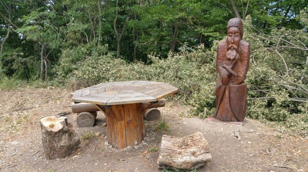 Vrch Maginhrad bol však inšpiráciou pre štúrovského básnika Jána Bottu. Narodil v neďalekom Vyšnom Skálniku a o vrchu napísal básne Povesť Maginhradu a Báj Maginhradu. Na snímke drevená socha maginhradského rytiera a drevený stôl, ktorý je odkazom na bájny stôl, pri ktorom sa mali rytieri stretávať.
