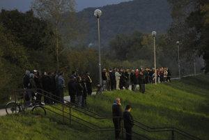 Najviac priaznivcov futbalu sa zišlo na hrádzi pri Váhu.