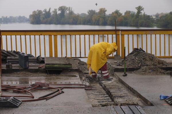 Oprava mostu pokračuje.