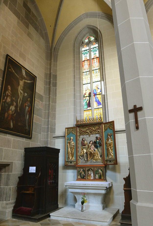Jeden z vynovených oltárov v košickom dóme.