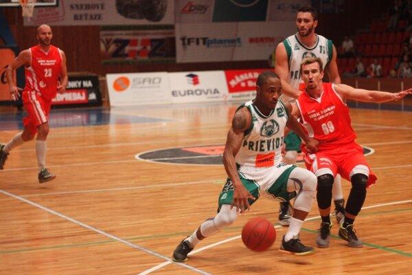 Ondrej Haviar (v červenom) v zápase proti Prievidzi.
