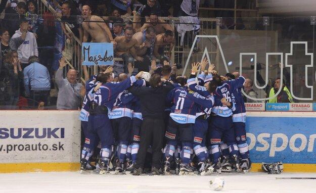 Hokejisti Nitry sa radujú po víťazstve po samostatných nájazdoch.