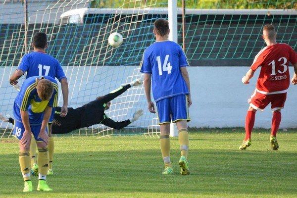 Martin Husár z Nededu v poslednej minúte zápasu s Vrábľami premenil jedenástku a vyrovnal na konečných 1:1.