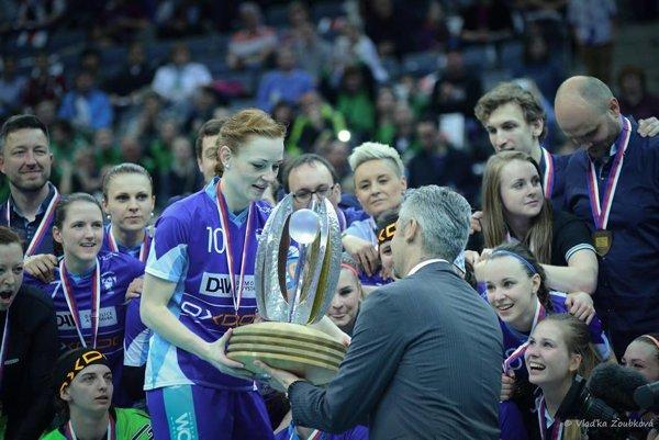 Denisa Ferenčíková (preberá trofej) si ako prvá mohla siahnúť na víťaznú trofej.