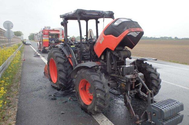Traktor začal horieť z doposiaľ neznámych príčin.