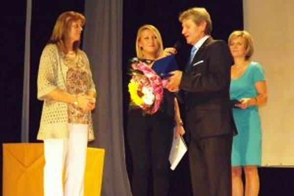 Primátor mesta Kamil Danko udeľuje výročnú cenu Ingrid Káčerovej (vľavo).