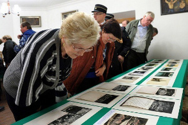 Kus histórie. Zachytávajú ju staré pohľadnice a fotografie, ktoré v Hodruši-Hámroch aktuálne vystavujú.