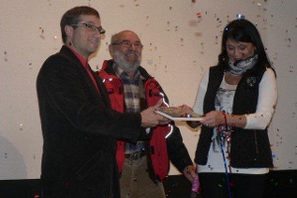 Krst knihy. V popredí Stanislav Neuschl a Ľubica Kuková, v pozadí Vladimír Kmeť z Občianskeho združenia Maximilián Hell.