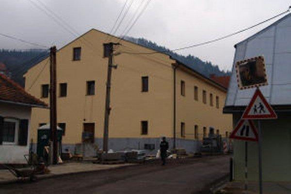 V Kremnici pribudlo jedenásť nájomných bytov - v bývalom sídle centra voľného času.