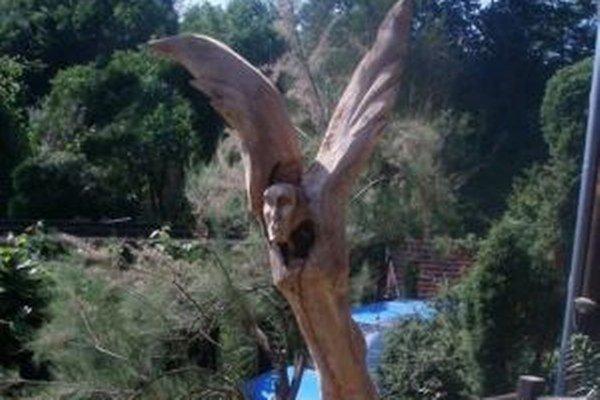 Anjel v záhrade. Peter Staník ho vyrezal priamo z čerešne.