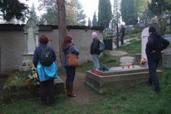 Pri hroboch Maríny sa ľudia stále pristavujú.