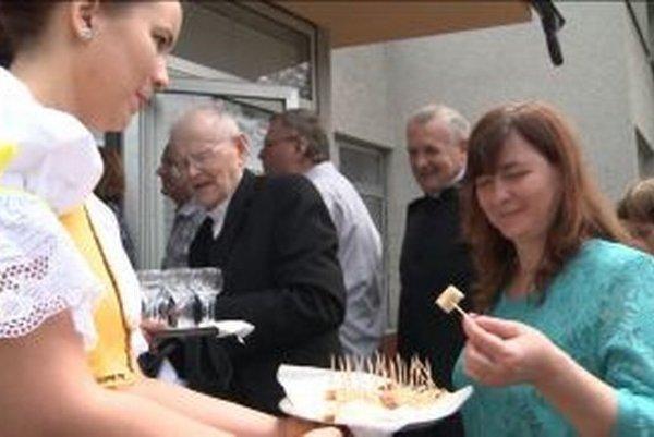Hostí prijali chlebom, soľou a tradičnou pálenkou.