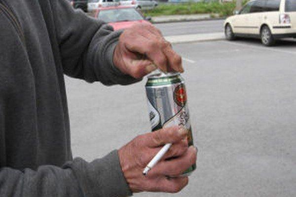 Alkohol na verejnosti zamestnáva žiarskych policajtov často.