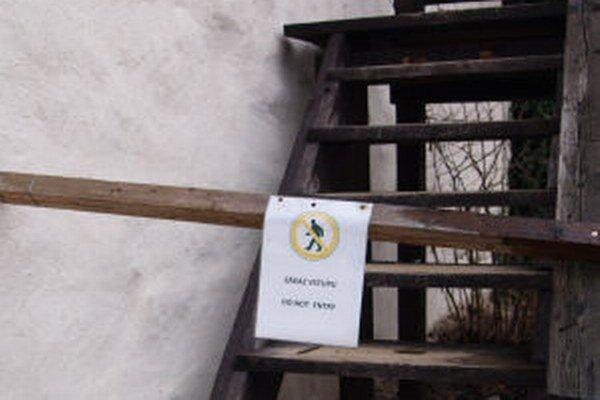 Vstup na ochodze Starého zámku je pre ich zlý stav zakázaný.