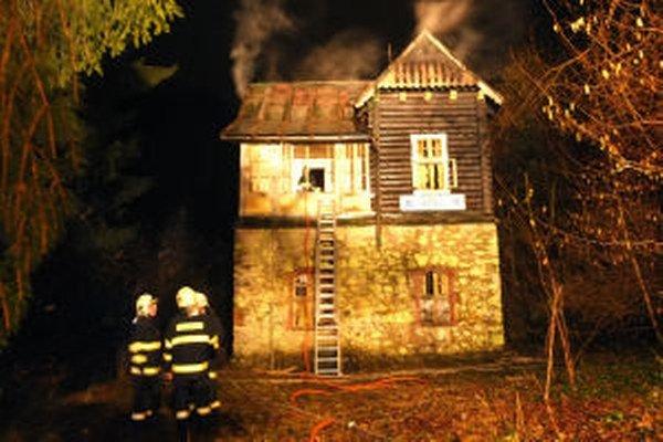 V Kremnici vo večerných hodinách vyhorela rekreačná chata.
