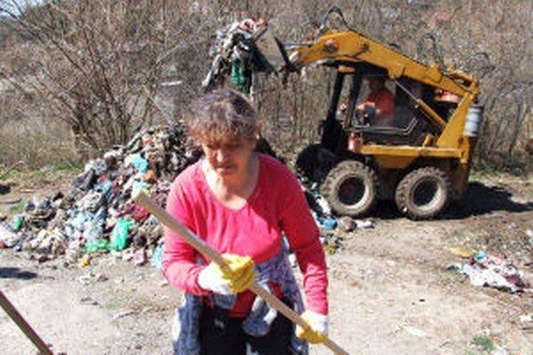 Vlani z osady vyviezli takmer tristo ton odpadu.