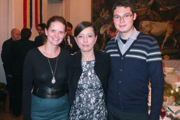 Eva Schmidtová (v strede) s dvojicou, ktorej pomohla, na odovzdávaní cien mesta.