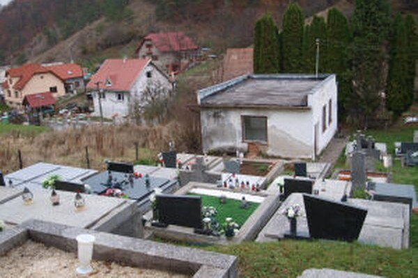 Do domu smútku v Šášovskom Podhradí zateká, omietka opadáva.