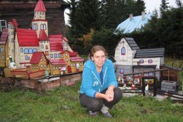 Erika Strohnerová. Jej diela robia radosť najmä deťom, ktoré sa pred jej domom často hrávajú.