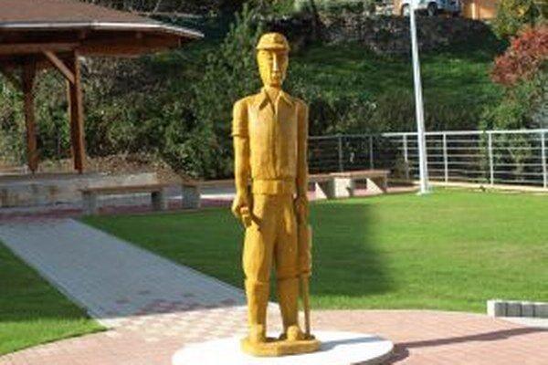 Jedna z drevených sôch na námestí vo Vyhniach.