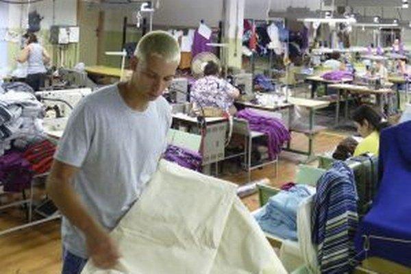V banskoštiavnickej textilke medzi šičkami.