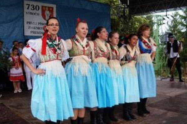 Folklórne pásmo predviedli Prestavlčania počas víkendových osláv.