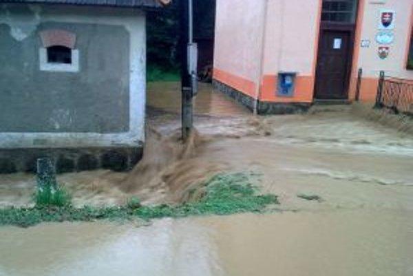 Rovnako ako v roku 2010, zaplavila voda aj obecný úrad.