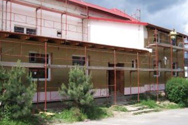 Pribudli prístavby. Kompletne zrekonštruovaný by mal byť Kultúrny dom v Žarnovici už v septembri.