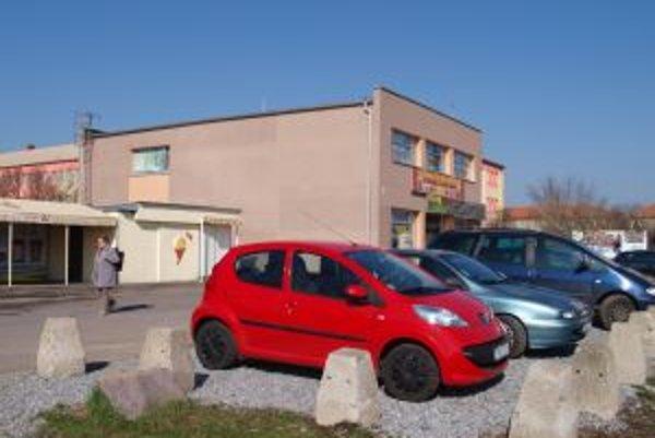 Pôvodné zábrany sú dnes naukladané okolo parkovacej plochy.