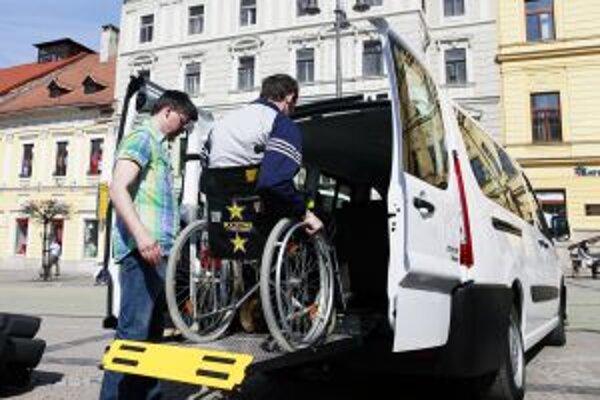 Auto so zdvíhacou plošinou dnes dostal aj Domov dôchodcov a domov sociálnych služieb v Žiari nad Hronom.