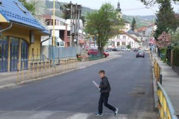Opravený úsek v Novej Bani. Nový asfaltový koberec spravili medzi základnou školou a križovatkou pri Lidli.
