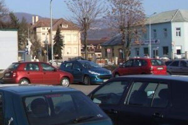 Zaparkované autá sú pri zimnej údržbe občas prekážkou.