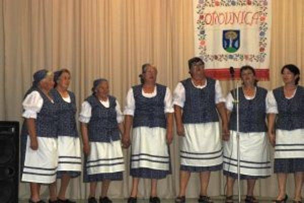 Folklórna skupina Karanka. Na páračkách zaznejú piesne v jej podaní.