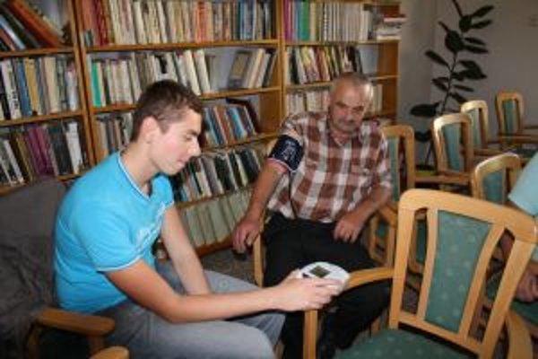 V knižnici ľuďom merali krvný tlak. Zo sedemnástich ho mal v norme len jeden človek.