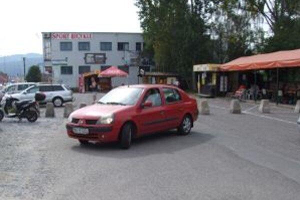 Časť parkoviska jej majiteľ uzavrel. Prekvapení vodiči sa na mieste museli otáčať a hľadať iné parkovacie miesto.