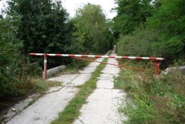 Cestu prehradila závora. Má zamedziť prístupu áut a motocyklistov.